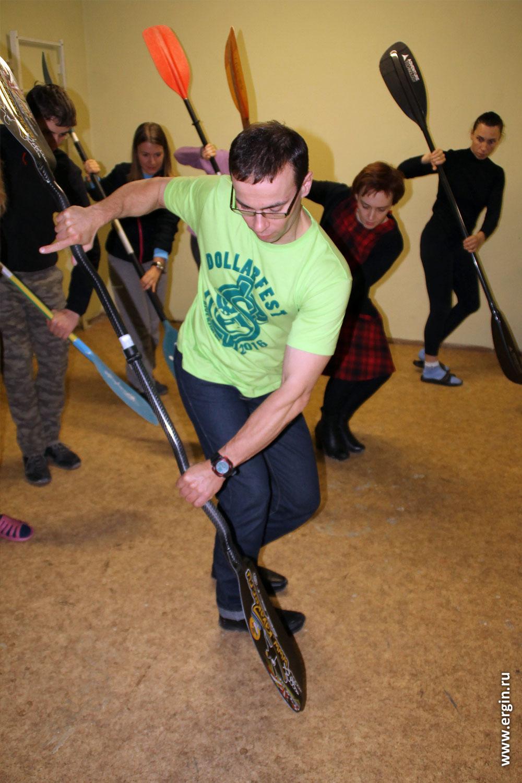 Тренировка перехватов на суше каякеры с веслами