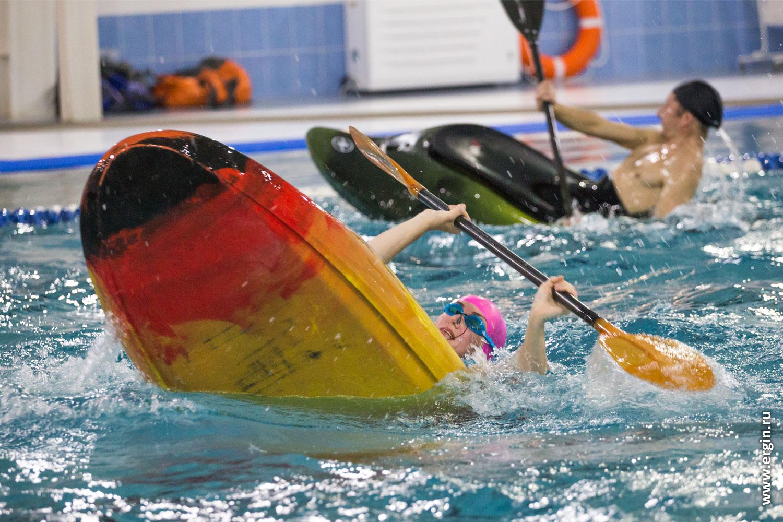 В плавательном бассейне с каяками каякеры тренируются