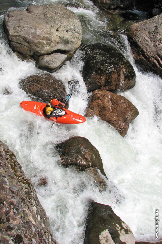 Каякер сплавляется на Корсике по горной речке сплав на каяке с веслом