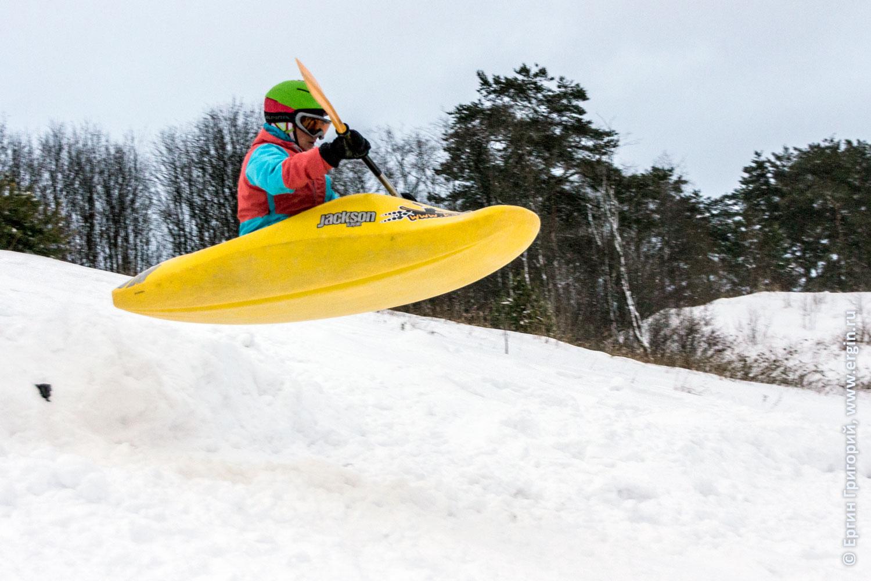 Каяк летит зимой над снегом