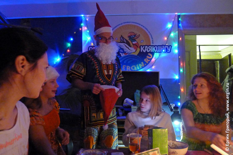 Дед Мороз на фоне плаката обучение каякингу Новый год у каякеров