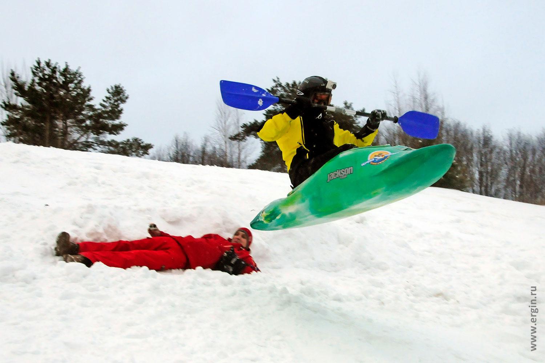 Прыжки на каяке с горы зимой над человеком