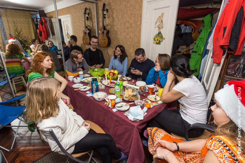 Каякерский Новый год каякеры празднуют отмечают за столом