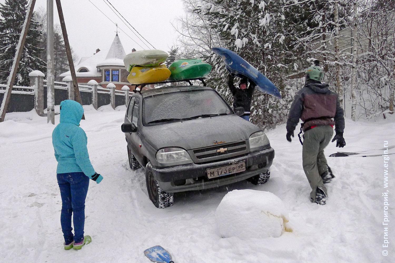 Сноукаякинг кончился: каякеры грузят каяки на машину зима снег