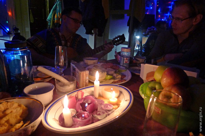 Вечер при свечах с друзьями и песнями под гитару