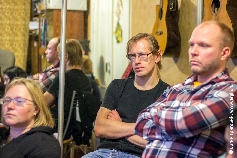 Каякеры слушают семинар по родео фристайлу на бурной воде