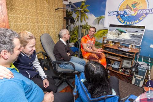 Ведущий семинара по родео объясняет особенности выполнения элементов родео на каяке так проходит обучение каякингу