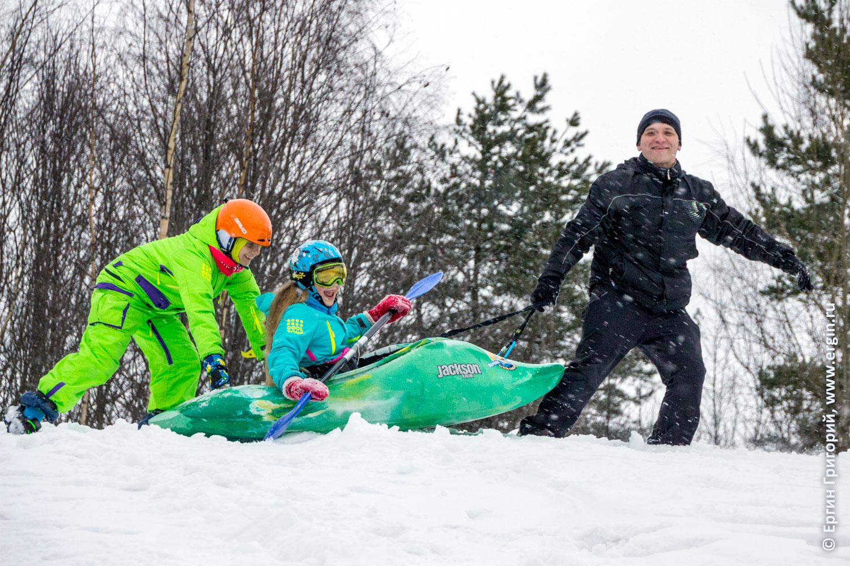 Каякер на снегу играют с веслами и каяками