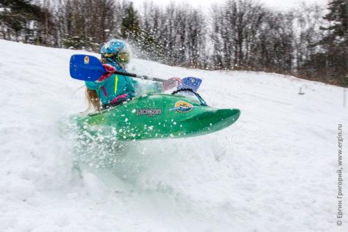 Сноукаякинг на каяке зимой по снегу с горок с веслом