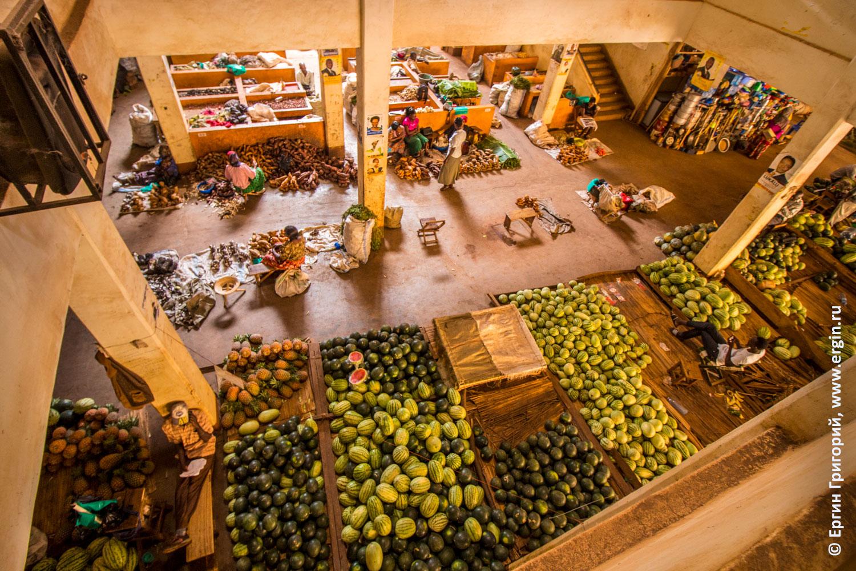 Центральный рынок города Джинджа в Уганде Африка