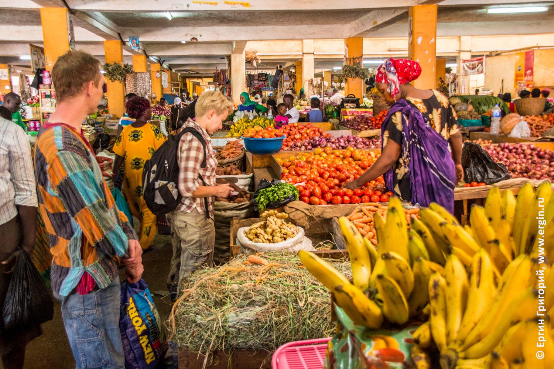 Закупаем еду на рынке Африка Уганда