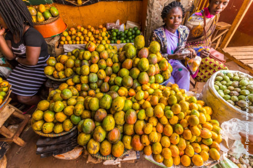 Продажа манго на рынке в Уганде город Джинджа Африка