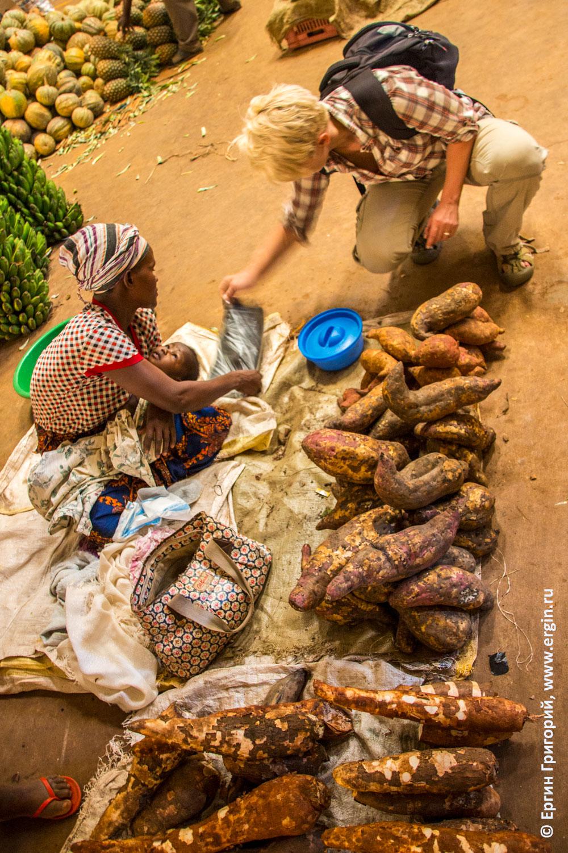 Сладкий картофель на рынке в Африке
