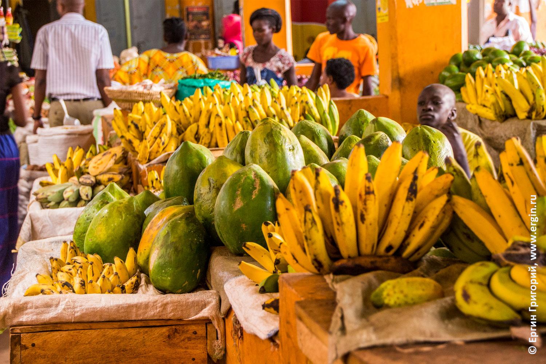 Папайя продается на рынке в Уганде