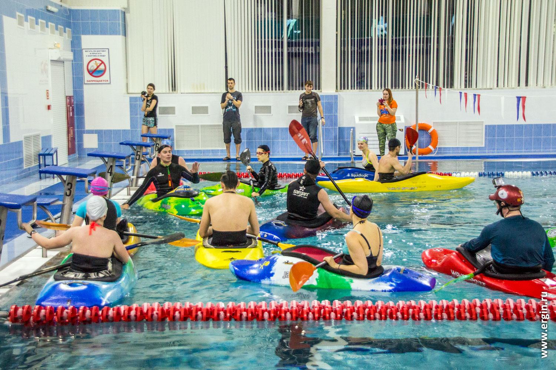 Тренировку каякеров на каяках в бассейне снимают четыре фотографа