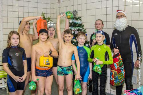 Дети каякеры празднуют Новый год в бассейне
