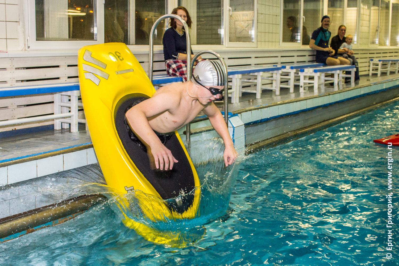 Каякер ребенок прыгает с бортика бассейна в воду на каяке