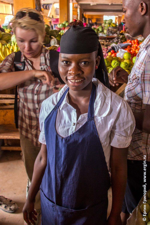 Продавщица торговка на рынке в Джинджа Уганда Африка
