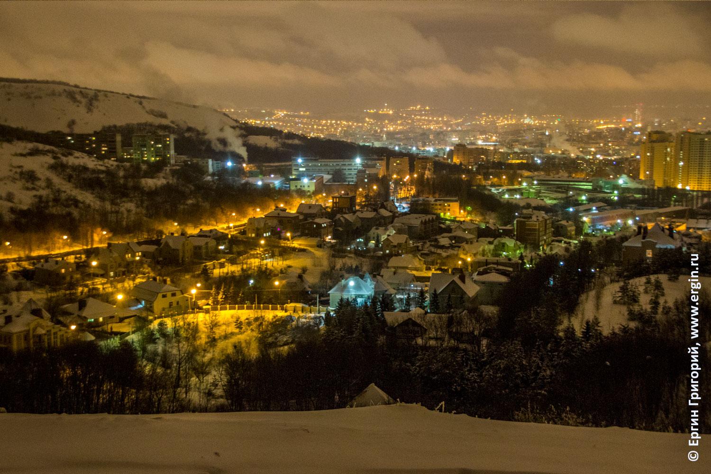 Огней так много золотых на улице Саратова ночью зимой обзорная панорама