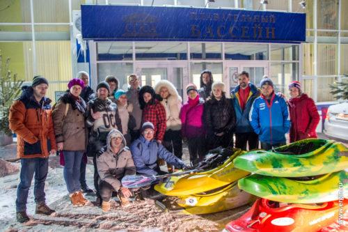 Каякеры Саратова зимой у входа в бассейн СГЮА с каяками
