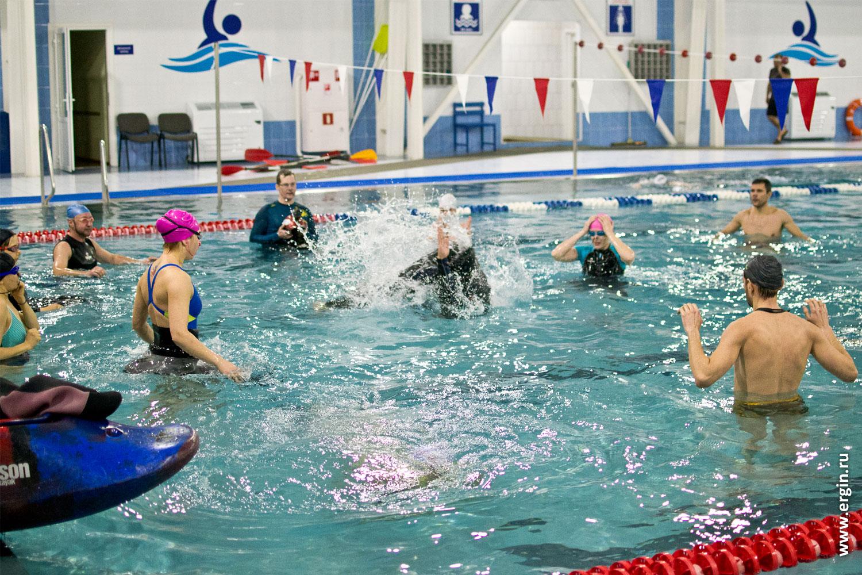 Сальто акробатика в плавательном бассейне