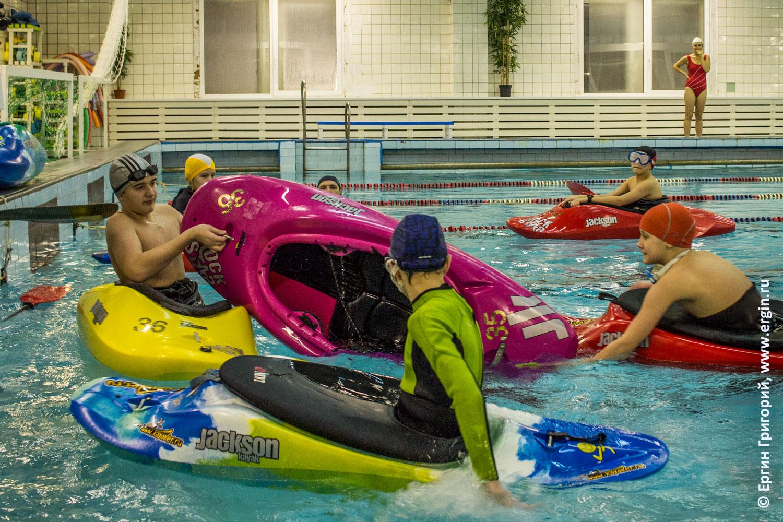 Отливание из каяка воды тренировка спасработ в бассейне
