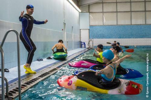 Обучение на каяке в бассейне эскимосский переворот навыки гребли как грести правильно