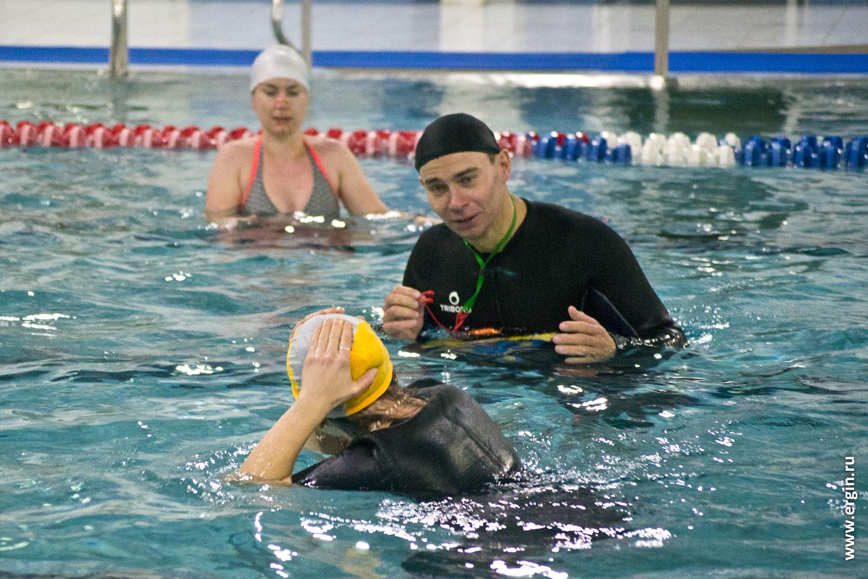 Удар о дно бассейна при исполнении сальто акробатика в воде
