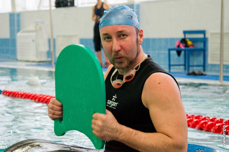 Изучение эскимосского переворота начинающим каякером в бассейне