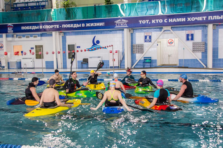 Каяки каякеры гребут в бассейне учатся каякингу