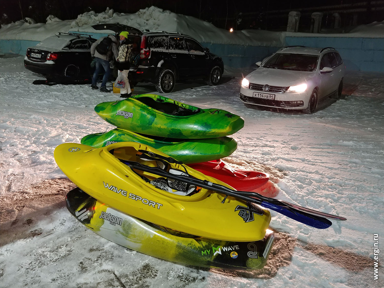Каяки в снегу перед отъездом у машин