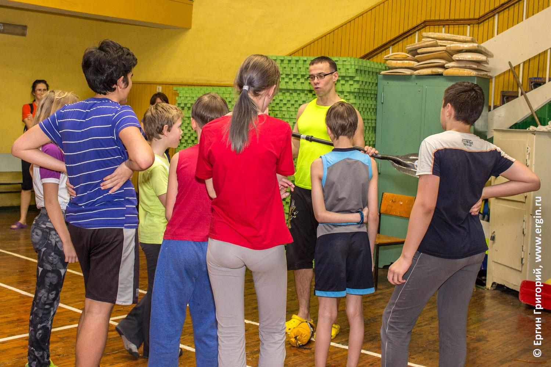 Тренировки секция по каякингу для детей занятия в зале с веслом