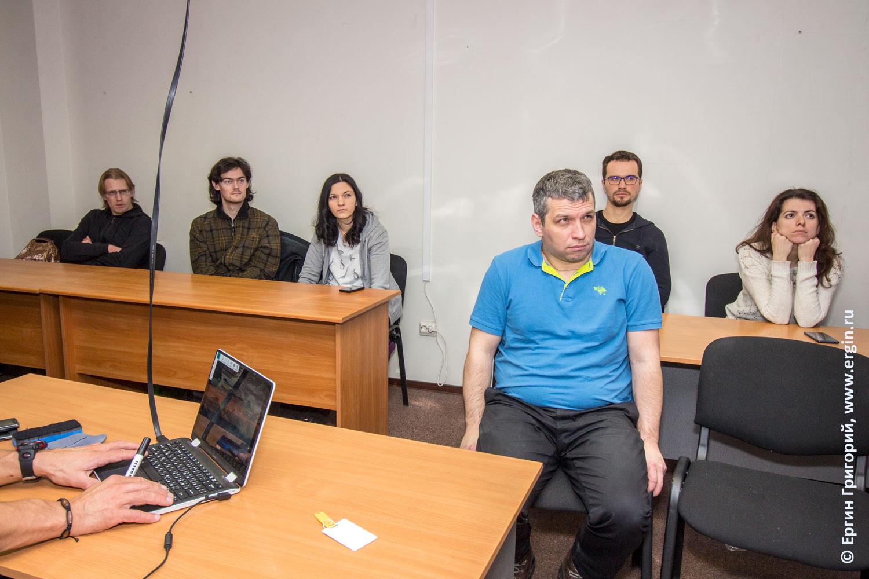 Слушатели зрители аудитория семинара по фристайлу на бурной воде каякинг родео