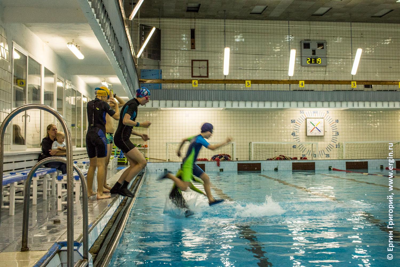 В бассейн ныряют дети занимающиеся каякингом