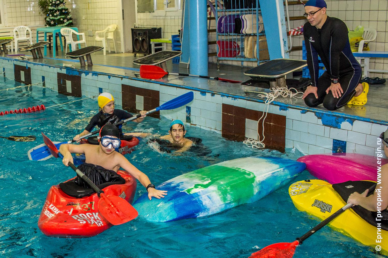Детская группа по каякингу отрабатывает спасработы в бассейне