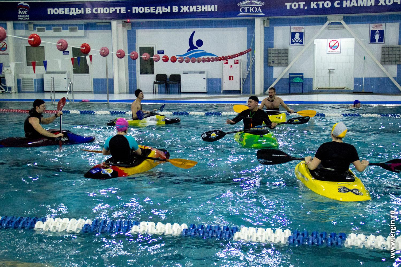 Тренировка по каякингу в бассейне