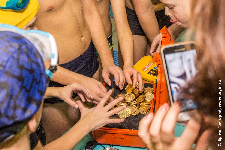 Подводные сокровища в герметичном боксе конкурс в бассейне для детей каякеров
