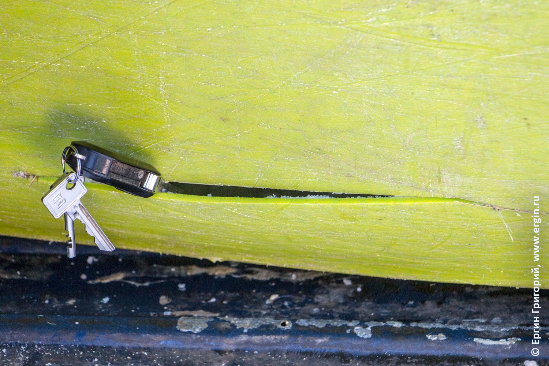 Повреждение каякерского снаряжения после сноукаякинга: трещина на каяке