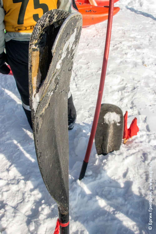 Сломанное во время соревнований по сноукаякингу весло