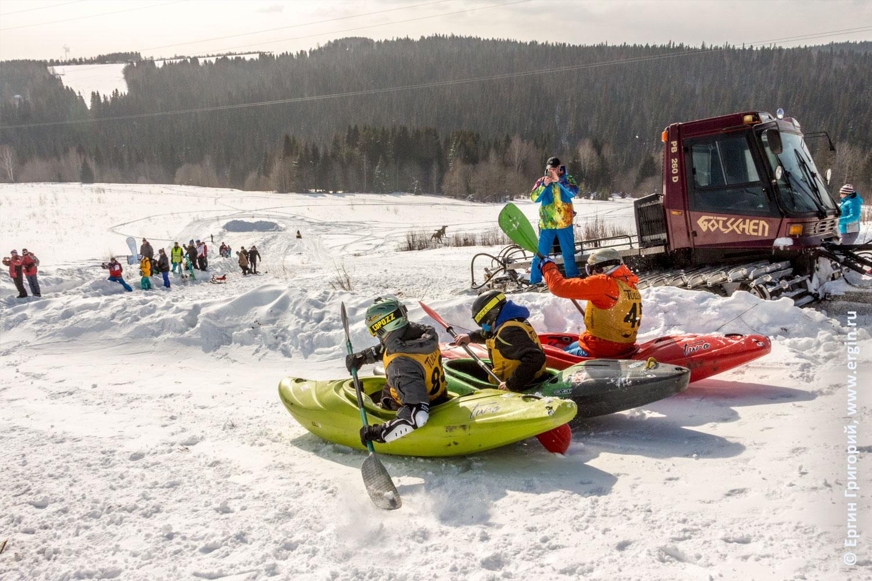 Сноукаякеры занимаются сноукаякингом едут с горы проходят соревнования