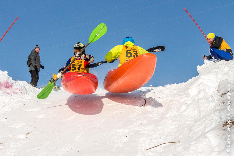 Прыжки с трамплина на каяках зимой с горы соревнования