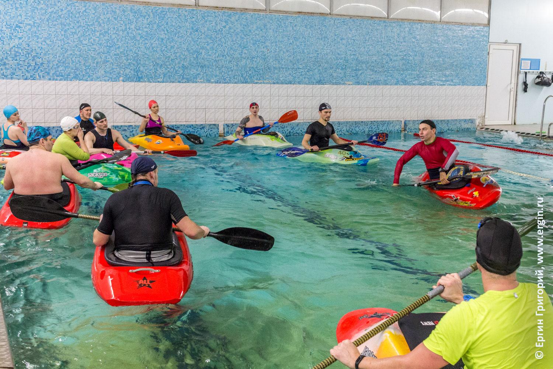 Каякеры тренируются в бассейне на каяках как проходит обучение каякингу