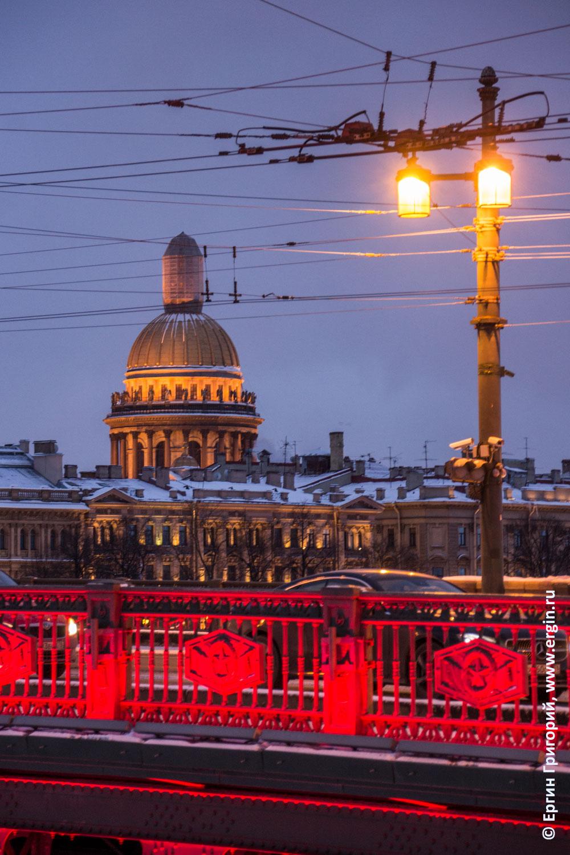 Санкт-Петеребург дворцовый мост с красной подсветкой Исаакиевский собор зима