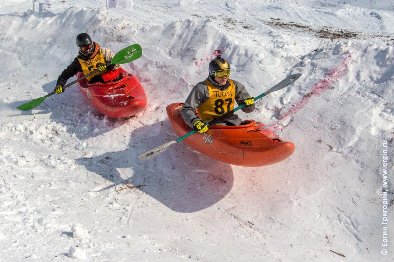 Сноукаякинг каяки прыгающие на трассе по снегу