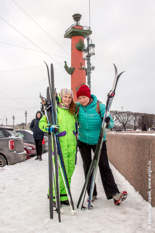 Санкт-Петербург Ростральная колонна лыжники и лыжи