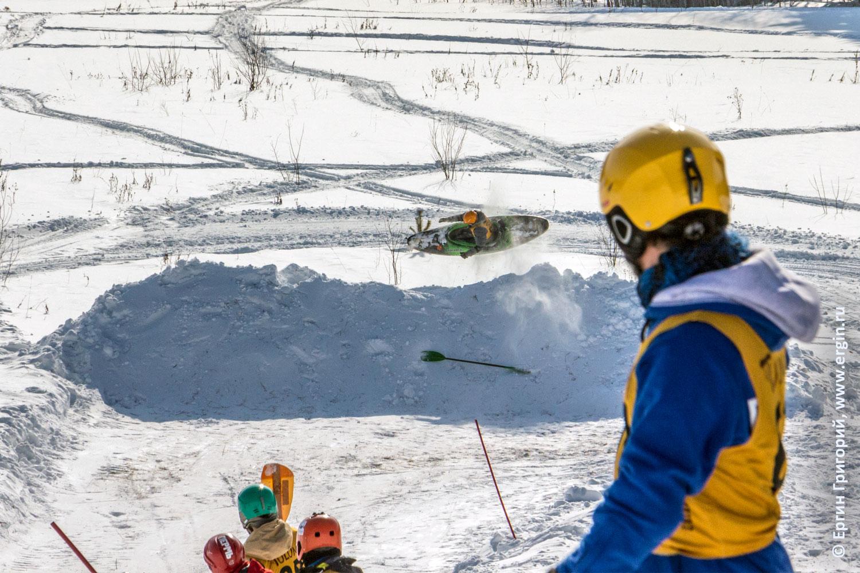Вылет каякера за трассу во время соревнований по сноукаякингу