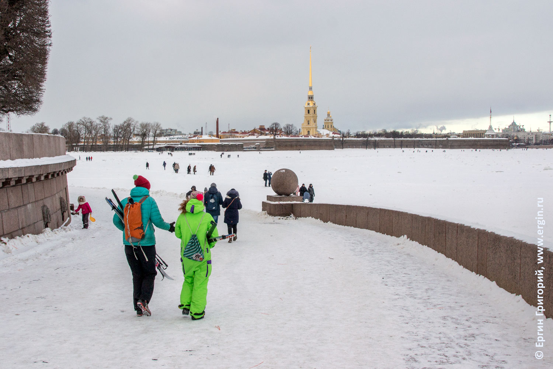Петропавловская крепость Нева во льду лыжники на стрелке Васильевского острова