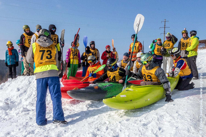 Сноукаякинг соревнования старт каякеров с горы