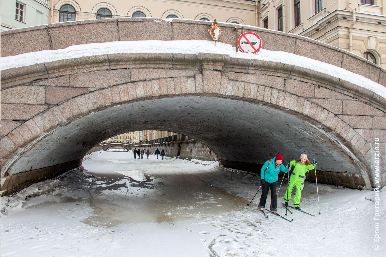 Эрмитажный мост Санкт-Петербург лыжники на льду