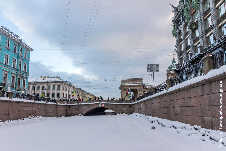 Завершение лыжной прогулки по Санкт-Петеребургу: открытая вода под Казанским мостом на канале Грибоедова